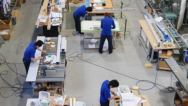 三栄アルミ工業の工場内で働くスタッフたち