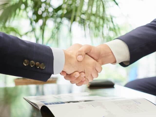 経営者と握手をする求職者
